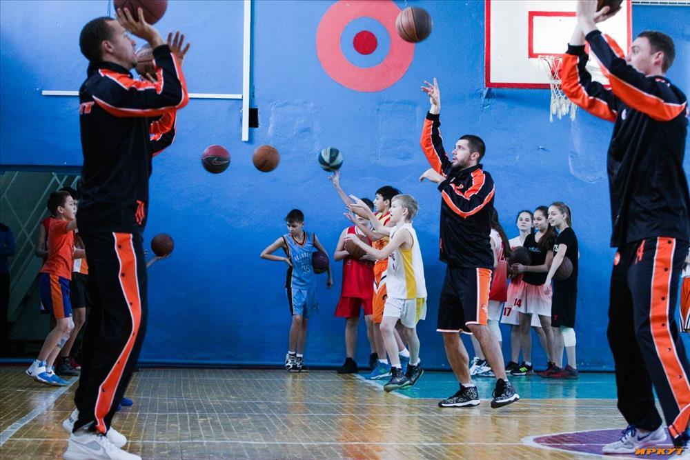 Игроки «Иркута» провели урок баскетбола для школьников